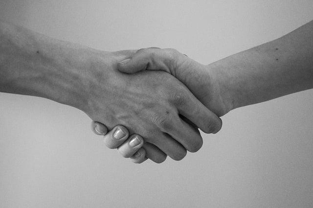 握手して挨拶する