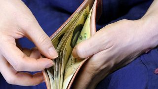 パパ活で食事デート「お会計の時にお財布」出す?出さない?