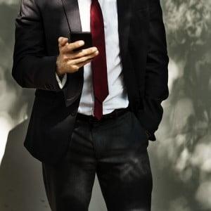 スマホを使うスーツの男性