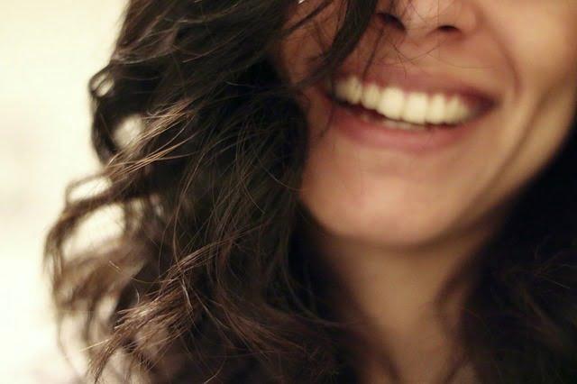 笑顔で喜ぶ女性