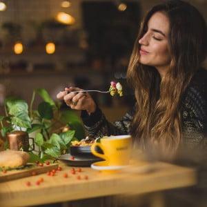 飲食店で食事する女性