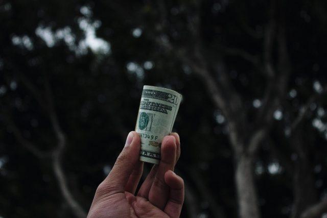 現金を渡す