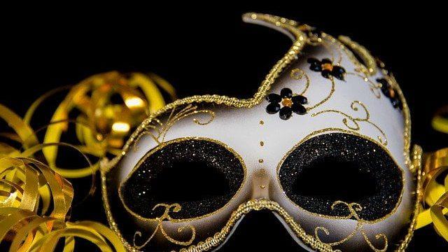 仮面で秘密を守る